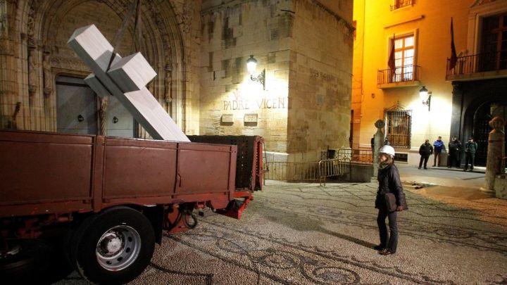 Retiran la cruz franquista de un pueblo alicantino de noche y con 2 detenidos