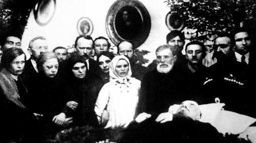 a mujer de Lenin, Krupskaia (segunda a la izquierda), junto al cadáver de su marido