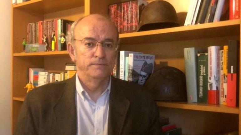 El concejal del Partido Popular, Pedro Corral, en la librería donde colecciona cascos