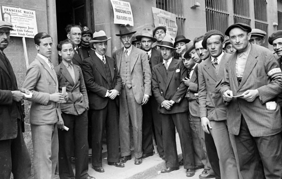 Companys (en el centro, con sombrero blanco) y Macià (a su derecha), el 12 de abril de 1931.