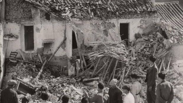 Casa destrozada por una bomba en el barrio de La Villa durante el bombardeo de Cabra