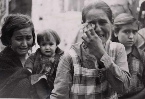 Resultado de imagen de Niños y mujeres lloran tras el bombardeo de Cabra