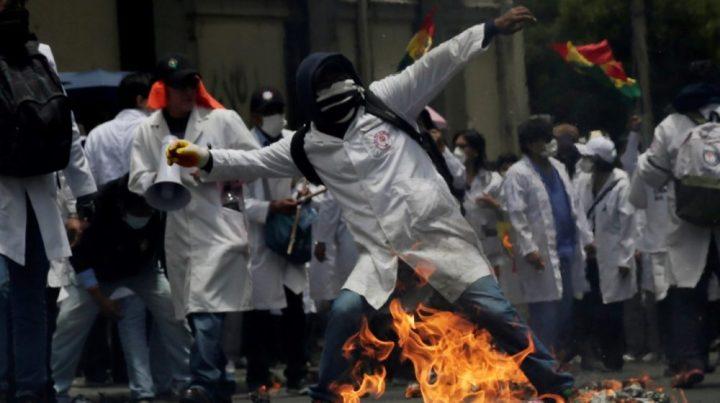 Trabajadores del sector Sanitario en Bolivia se han manifestado de forma violenta contra Evo Morales.