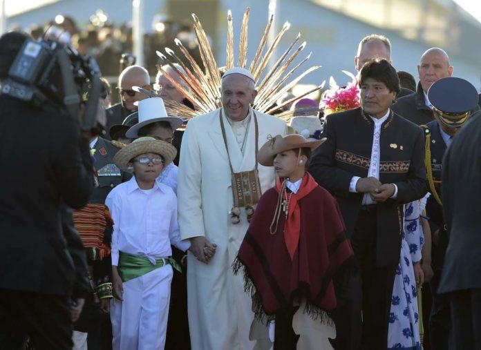El Papa Francisco junto a Evo morales durante su viaje apostólico a Bolivia.