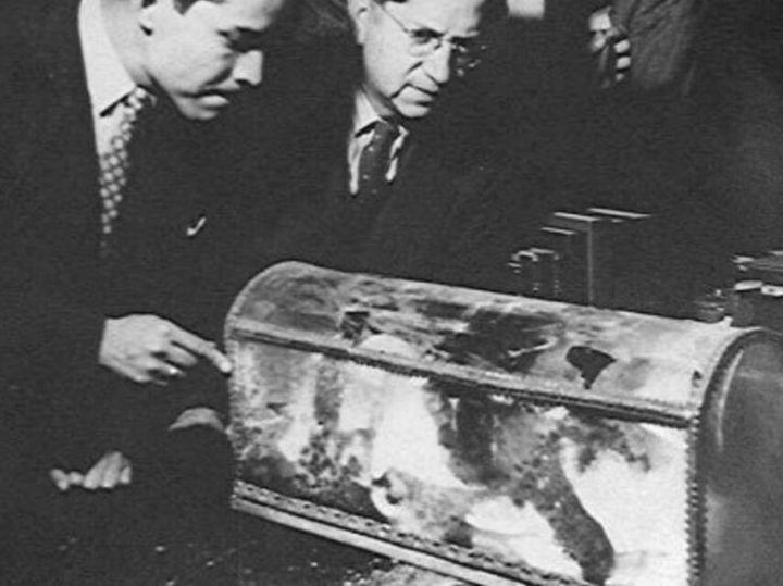 Indalecio Prieto con los restos de Hernán Cortés