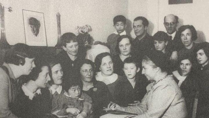 María Teresa León habla con los alumnos de la Residencia Infantil Internacional número 2. Moscú 1933.