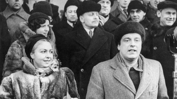 María Teresa León y Rafael Alberti, en la estación de Moscú en 1933.