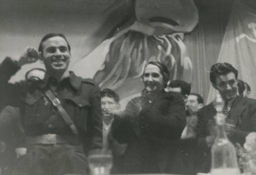 La Pasionaria y Díaz aplaudiendo al camarada Antón durante el acto celebrado en el Monumental Cinema