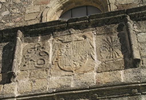 Emblemas de los Reyes Católicos, c. 1500. Iglesia de Santiago, Losar de la Vera (Cáceres, España)