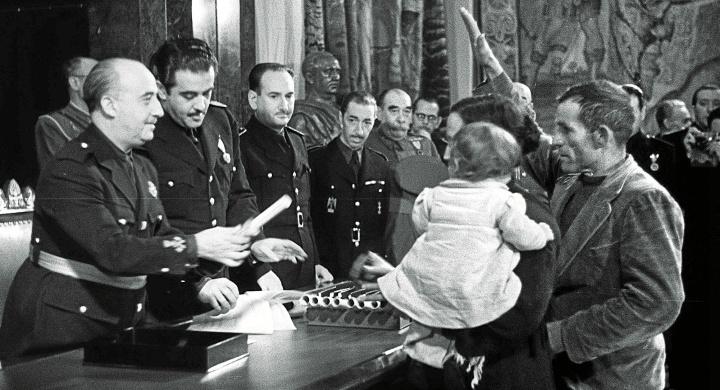Francisco Franco entregando un premio de natalidad a unos padres acompañados de uno de sus hijos en la sede del Instituto Nacional de Previsión en marzo de 1942 / Efe