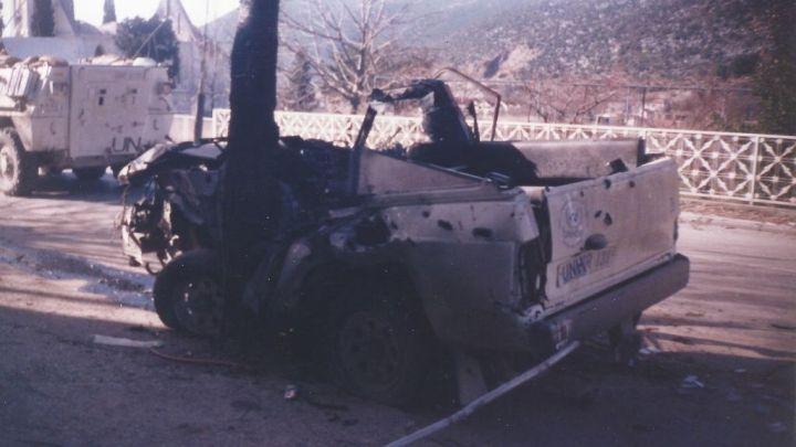 La guerra atenazaba Bosnia; en la imagen, un vehículo tiroteado.