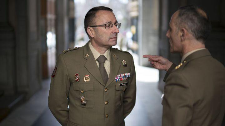 El teniente coronel Monterde, de frente, charla con el teniente coronel Somonte.