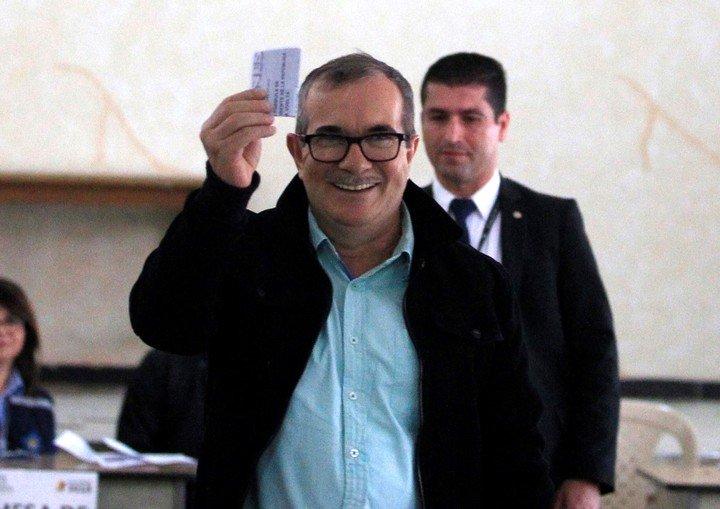 Ex líder de las FARC convertido en ciudadano común Rodrigo Londono, alias  Timochenko, vota en Bogotá en junio pasado./ Reuters