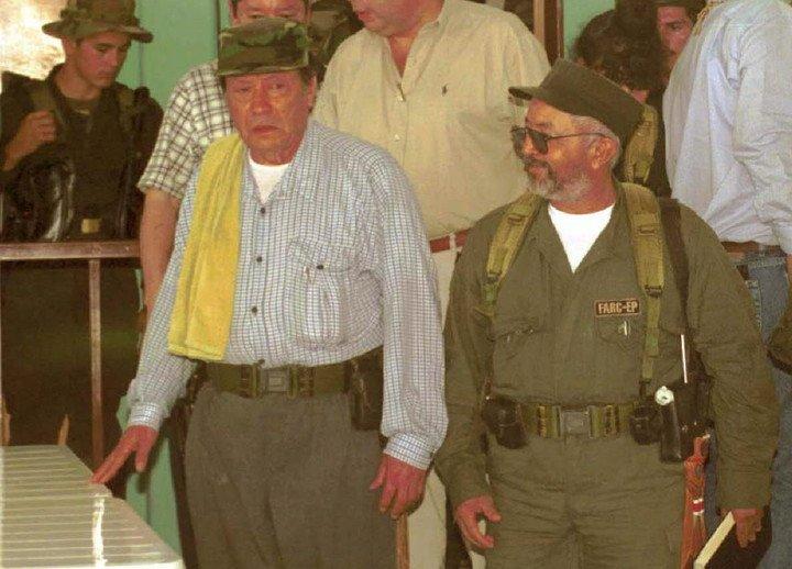 """Fotografía de archivo del 11 de abril de 2000 en la que se observa al líder histórico de las FARC, """"Manuel Marulanda Vélez"""" (izq.), conocido como """"Tirofijo"""", junto al abatido líder guerrillero Raúl Reyes./ EFE archivo"""