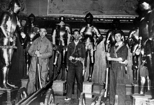 Milicias del Frente Popular custodian el Palacio del Duque de Medinaceli, incautado al enemigo