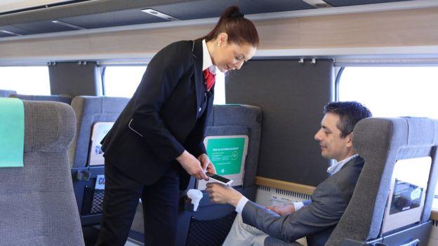 pago sin contacto con microchip en un tren de Suecia