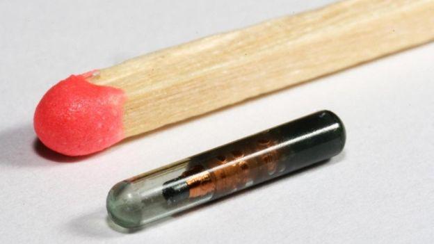 Un microchip al lado de un fósforo de madera