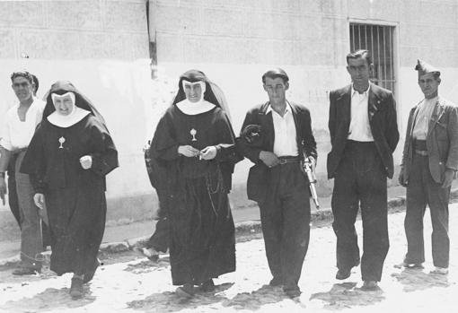 Un grupo de milicianos custodia a unas religiosas en Alcalá de Henares, durante los primeros días de la Guerra Civil