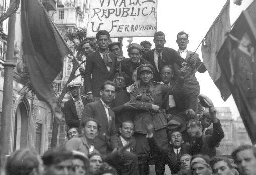 Obreros ferroviarios se manifiestan en Sevilla a favor de la República el 14 de abril de 1931