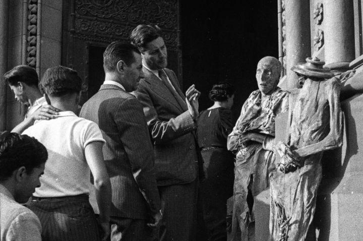 FOTOGALERÍA | Algunas de las fotografías que Antoni Campañà decidió esconder durante toda su vida. En la imagen, dos ciudadanos observan con detalle las momias de las monjas expuestas de la iglesia y convento de las Salesas del paseo de Sant Joan de Barcelona, en julio de 1936
