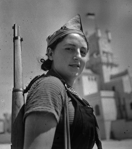 FOTGALERÍA | Una miliciana anarquista en el cuartel del Bruc, entonces Bakunin, con un pañuelo-corbata rojo y negro