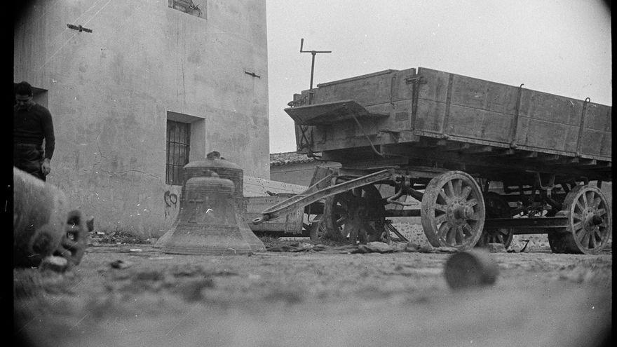 Las campanas de Bujaraloz (Zaragoza) tras la destrucción de la iglesia por los anarquistas de la CNT-FAI. 1936