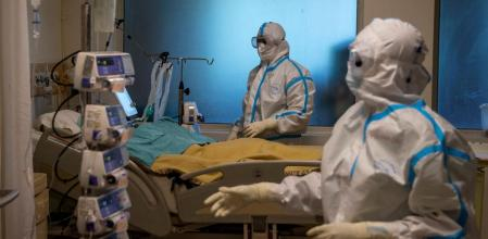 Medical workers take care of patients suffering from the coronavirus disease (COVID-19), at the Intensive Care Unit (ICU) of the Max Smart Super Speciality Hospital in New Delhi, India, September 5, 2020. Picture taken September 5, 2020. REUTERS/Danish Siddiqui TPX IMAGES OF THE DAY