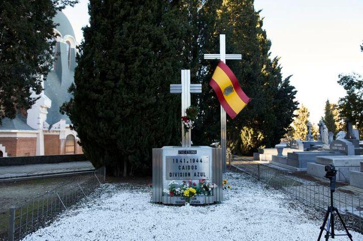 Cruz en recuerdo a los caídos de la División Azul en el cementerio de la Almudena en Madrid