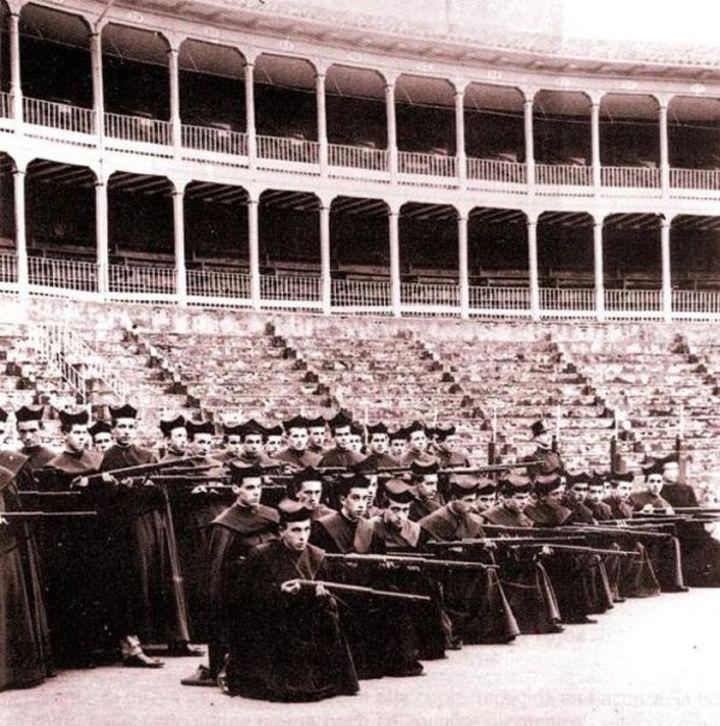 La misteriosa y falsa foto de unos seminaristas con fusiles en 1936
