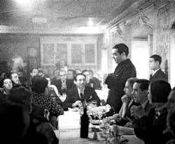 Federico García Lorca, de pie en un homenaje a Rafael Alberti y María Teresa León en 1936. - Foto:EFE