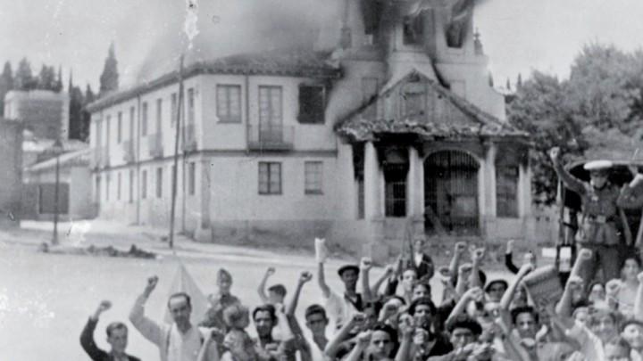 Cordon Press. Destrucción de una iglesia en los alrededores de Madrid el 25 de julio de 1936. Sus incendiarios lo celebran puño en alto.