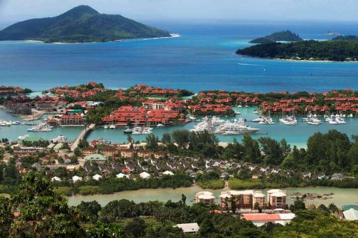 A medida que los turistas han regresado a las Seychelles, donde más del 60 por ciento de la población ha sido vacunada, los nuevos casos de coronavirus están obligando al país insular a volver a imponer restricciones.