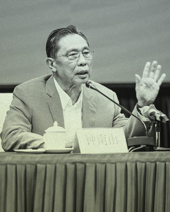 La imagen puede contener Persona humana Ropa Vestimenta Dedo Multitud Zhong Nanshan Dispositivo eléctrico y micrófono